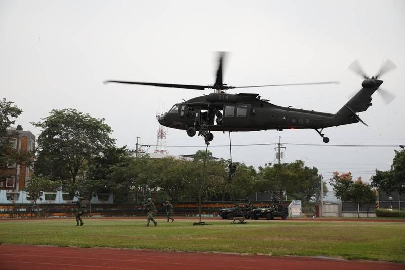 特3營官兵在行軍任務期間也進行直升機快速機動部署以及「反特攻作戰」等各項任務訓練,包括出動UH-60M黑鷹直升機搭載特戰分遣隊成員,採取快速繩降方式投入目標區。(圖:擷取自陸軍司令部臉書專頁)
