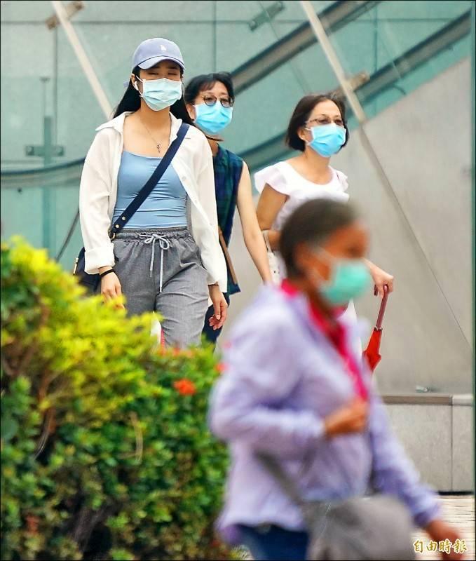 中國霾害、沙塵南下,今天凌晨起隨著東北風入侵台灣,上半天北部空氣品質率先受影響,午後則逐漸影響中南部地區,民眾需注意配戴口罩加強自身防護。(記者黃志源攝)