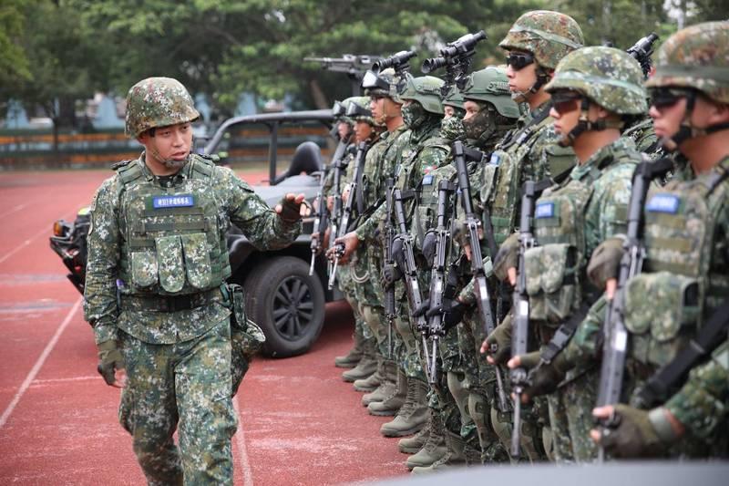 特指部夏姓上尉(左)這次「戰術任務行軍」擔任分遣隊隊長一職,他感到相當榮幸,相信一定能帶著連隊所有的官兵成功達成任務。(圖:擷取自陸軍司令部臉書專頁)