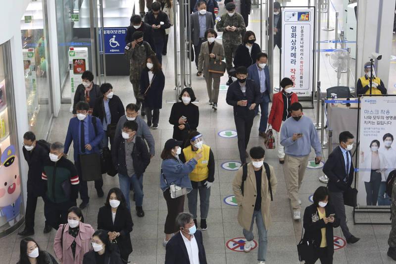 南韓新增155例確診,是過去42天以來的新高紀錄。圖為南韓民眾戴口罩防疫。(美聯社)