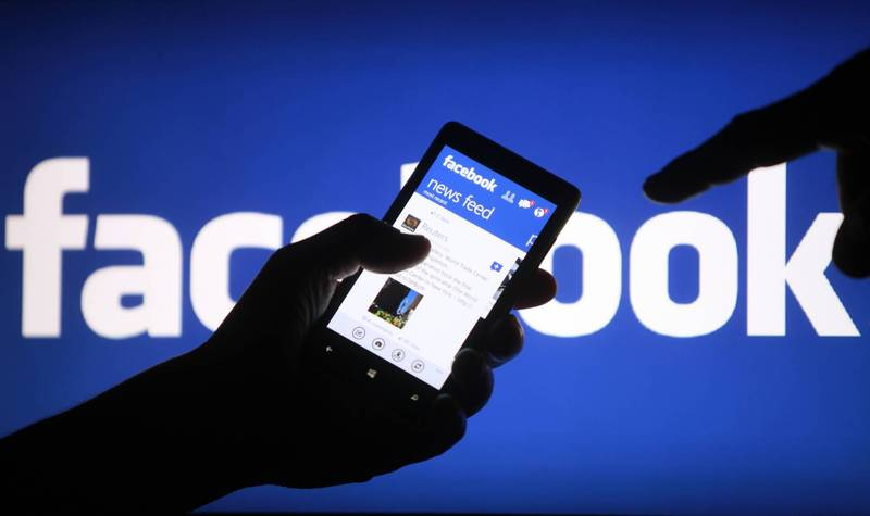 《紐約郵報》接獲報料,臉書聘用至少6名中國人參與內容審查,透過修改演算法排除拜登與中國往來的新聞。(路透檔案照)