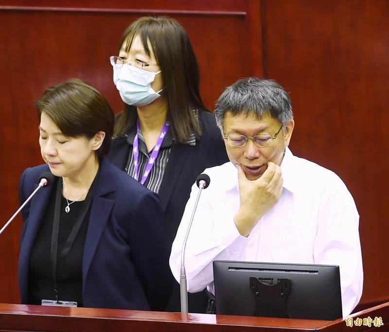 台北市長柯文哲(前右)說,跨年晚會目前是1例就戴口罩。黃珊珊(前左)補充說,1例本土就全程戴口罩,取消飲食攤位,15例才是考慮要取消,會在一週前宣布。(記者方賓照攝)