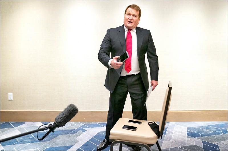 被紐約郵報稱為「吹哨者」的鮑布林斯基,自稱是拜登次子杭特前合夥人,22日現身美國總統候選人辯論會場,開記者會展示做為爆料證據的手機簡訊紀錄,指控拜登家族說謊。(美聯社)