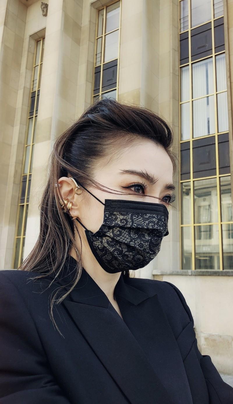 中衛與「謝金燕聯名款」姐姐bbb黑色蕾絲口罩,今天重出江湖,恢復販售。(中衛提供)