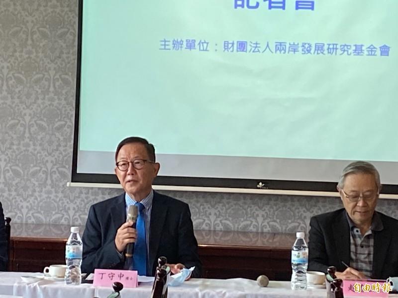 曾在2018年參選台北市長的國民黨前立委丁守中,被問到國民黨立委蔣萬安參選台北市長的問題,他說,「是很好的年輕人」,大家應支持蔣萬安在立法院做好工作後,能進軍台北市。(記者鍾麗華攝)