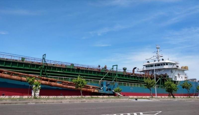 「海航5679號抽砂船」。(記者蔡清華翻攝)