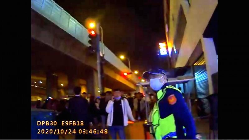 員警不斷「疏導、柔性驅離」酒客離開夜店門口。(記者張瑞楨翻攝)