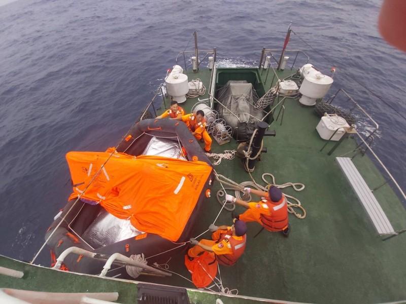 外籍貨船沉沒,海巡人員搜救中。(記者洪臣宏翻攝)