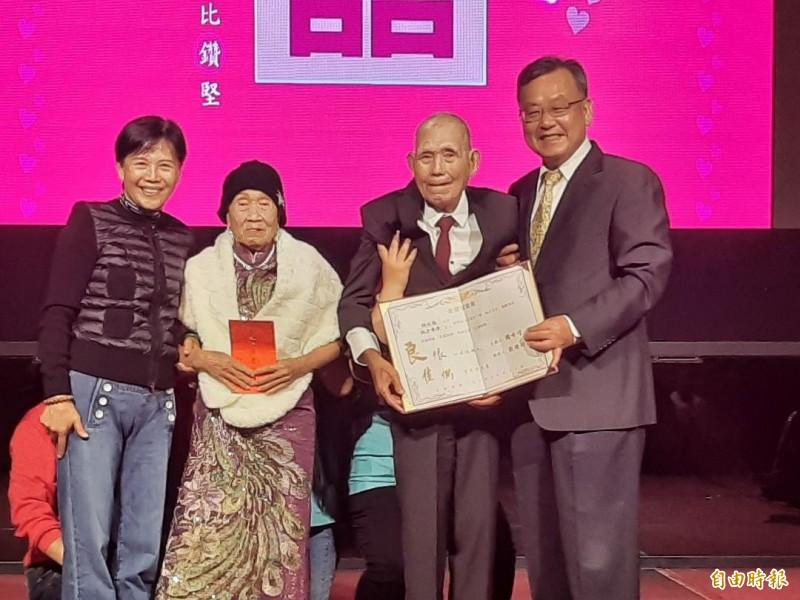 相知相守74年的薛在我、薛才春季夫妻,是澎湖金鑽婚最久的夫妻。(記者劉禹慶攝)