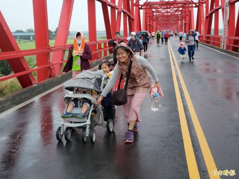 「貓踏路跑」選手們冒著微雨跑在西螺大橋。(記者林國賢攝)