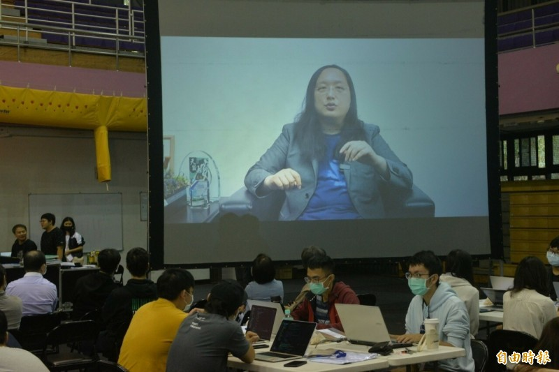 新竹X梅竹黑客松登場,有54隊參加,政委唐鳳也以視訊方式勉勵參賽者,用創意解決問題。(記者洪美秀攝)