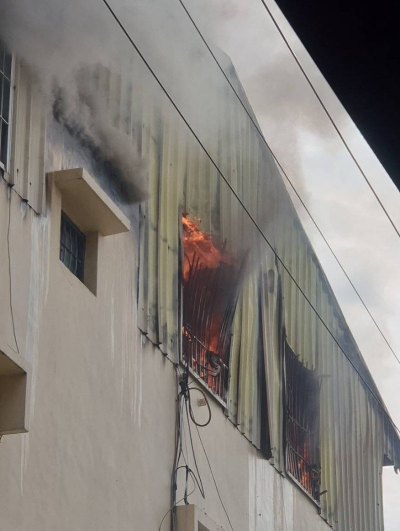 台中霧峰五福路201巷一間民宅3樓鐵皮加蓋建物下午起火燃燒,竄出大量濃煙。(記者陳建志翻攝)