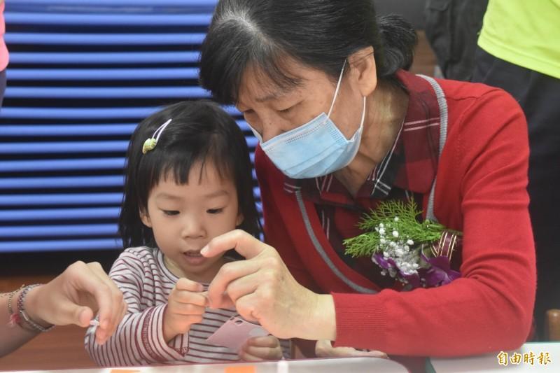 嘉義市宣信國小附設幼兒園推動老幼共融代間教育。(記者林宜樟攝)