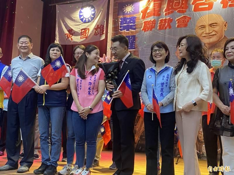 江啟臣(左4)出席高雄市聯歡會,已故高雄市議長許崑源女兒許采蓁(左3)上台獻花。(記者黃旭磊攝)