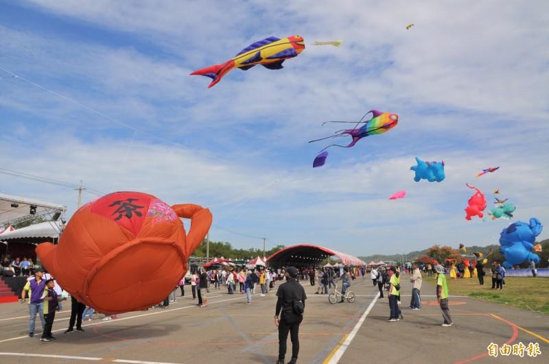 2020苗栗風箏文化暨客家美食節,今天熱鬧登場,各式繽纷炫麗的大型風箏在空中飛揚。(記者彭健禮攝)