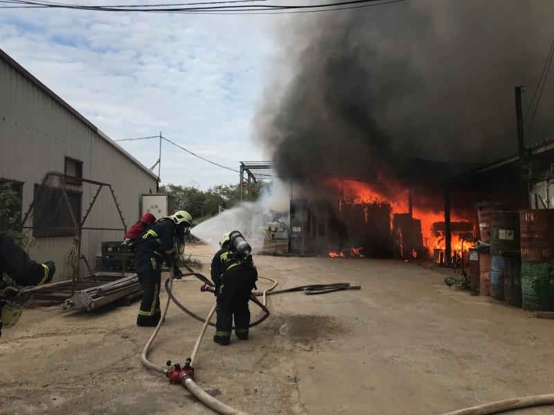 金門一家工廠內的鐵皮屋發生火警,造成一人死亡。(民眾提供)