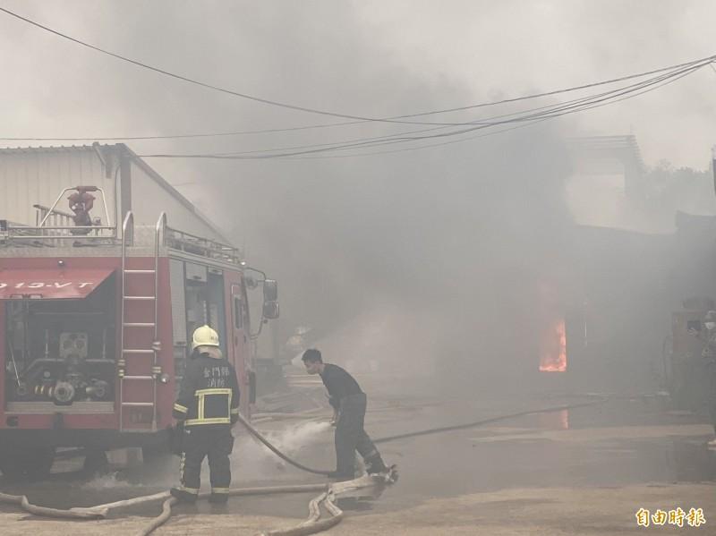 金門一家板模工廠鐵皮屋火警,內部擺放不少雜物,除了火勢還有濃煙。(記者吳正庭攝)