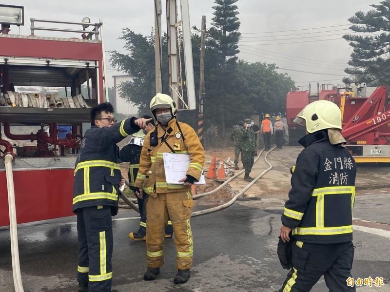 金門一家板模工廠鐵皮屋火警,除了金防部派兵支援,消防局出動十一輛消防車前往灌救。(記者吳正庭攝)