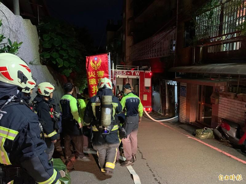 基隆市東光國小對面的一處民宅4樓失火,消防局派遣車25人到救援,30分鐘內迅速撲滅火勢。(記者吳昇儒攝)