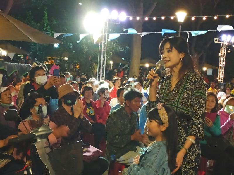 台東縣政府舉辦的「吹南風晒音樂」系列活動今天最終場,軍中情人方季惟獻唱。(記者黃明堂翻攝)