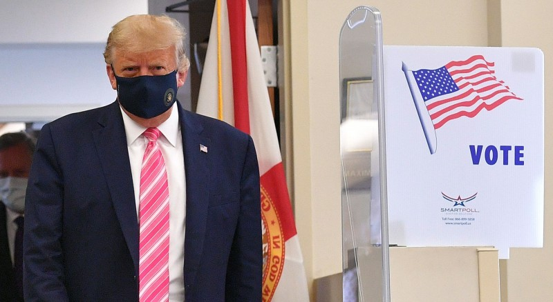 美國總統川普24日在佛州西棕櫚灘市提前投票。(法新社)