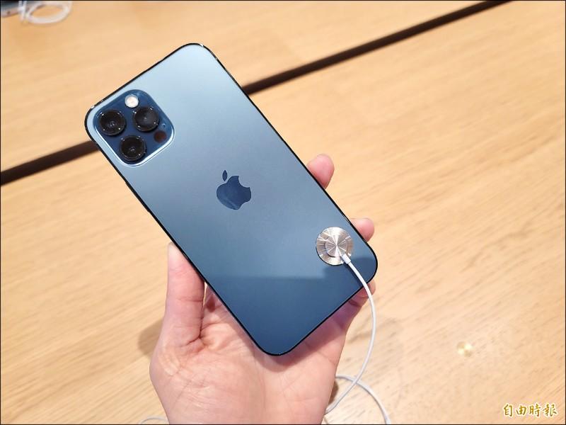 iPhone 12昨開賣,太平洋藍是果粉首選。(記者吳佩樺攝)
