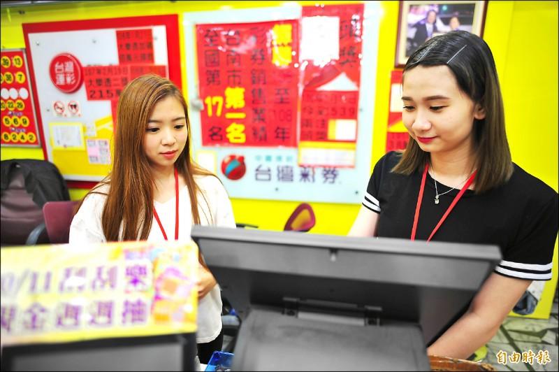 四十多歲靦腆粗工男心儀彩券行的女店員小雯(左),兩年來幾乎每兩天,小雯有上班的時間就上門買彩券。(記者王捷攝)