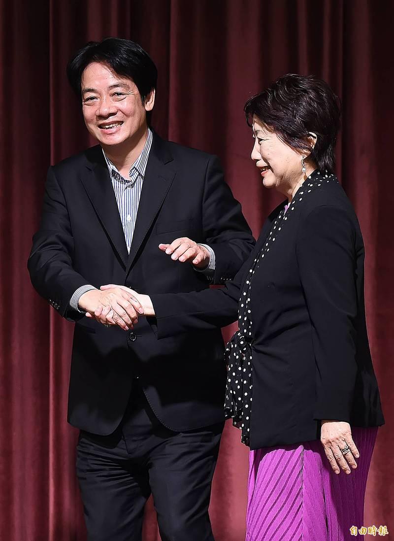 副總統賴清德(左)出席亞太自由婦女協會成立大會暨慶祝晚會,與理事長楊黃美幸(右)握手致意。(記者陳志曲攝)