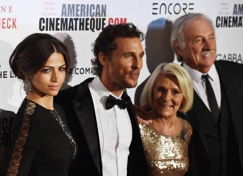 奧斯卡影帝馬修麥康納(左二)近日出版回憶錄《綠燈》,不僅披露自己過去被性侵的經歷,還在書中直白爆料,他的父親是在和媽媽(右二)滾床單的時候「馬上風」猝逝。(法新社資料照)