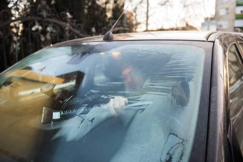 新加坡聖淘沙一隻孔雀經過一輛光潔的汽車時,誤以為倒影是自己的競爭對手,又啄又抓的攻擊車子,造成無數刮痕。車輛示意圖。(歐新社)