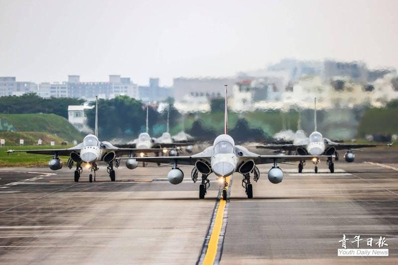空軍第1聯隊此次派出8架IDF機參與天龍操演,昨天返回台南基地後,基地派出IDF彩繪機擔任前導,總計9架IDF戰機進行大象漫步,展現堅實戰力。(圖:青年日報提供)