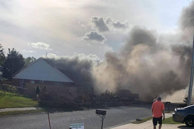美國海軍1架T-6B德州人II教練機,墜毀於阿拉巴馬州一處民宅,機上2名人員殉職。(美聯社)