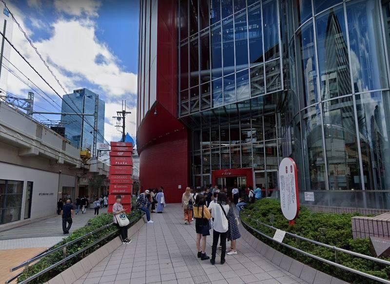日本大阪1名女大生行經購物中心HEP FIVE的大門前,被天上掉下來的男高中生壓到重傷昏迷。(圖擷自Google地圖)