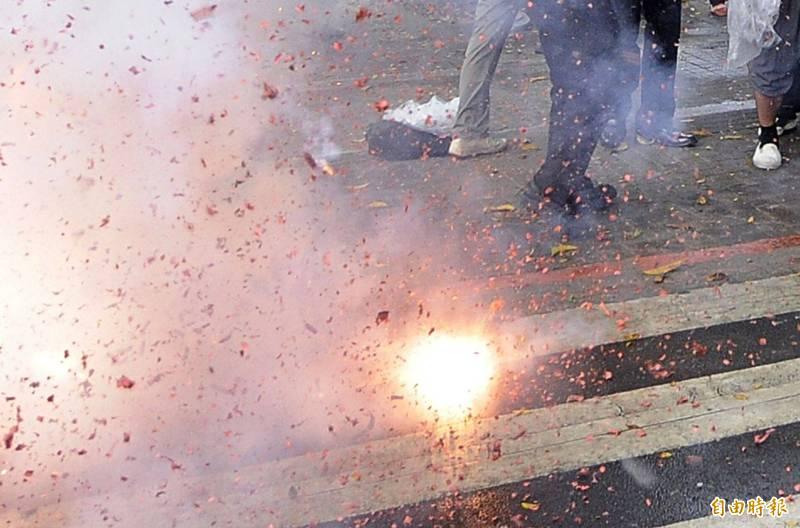 賴男把車停在路中間,放炮嚇壞後方校車師生,司機報警,他被依公共危險罪判刑。示意圖。(資料照)