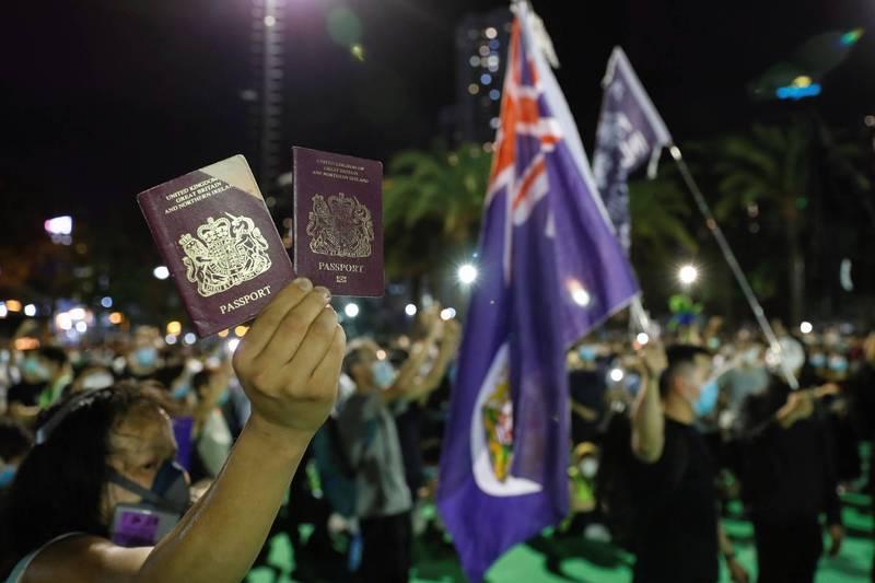 英國近日宣布明年將受理具有「英國國民海外護照」的港民申請居留簽證,遭到中國外交部威脅「將考慮不承認BNO作為有效旅行證件」,香港前保安局長葉劉淑儀和黎棟國都指出,對香港人旅外無實質影響。(路透資料照)