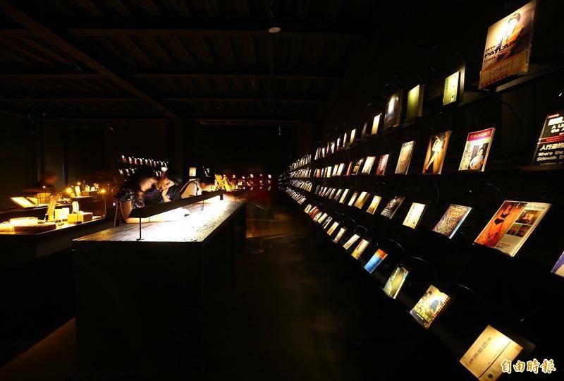無關實驗書店透過書架上的微光,讓進入書店的人可以在空間與人都消失的領域,直接與書籍面對面。(資料照)