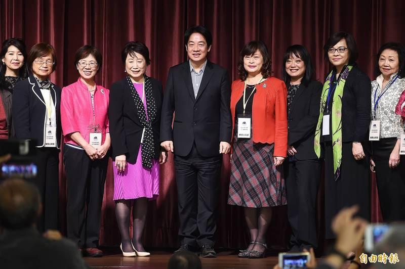 副總統賴清德(中)出席亞太自由婦女協會成立大會暨慶祝晚會,與理事長楊黃美幸(左四)及理監事等人合影。(記者陳志曲攝)
