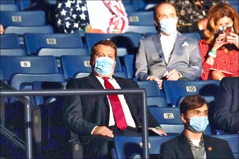 美國總統大選最後一場電視辯論會,川普找杭特的合夥人、踢爆拜登抽10%乾股的鮑布林斯基出席辯論會。(美聯社)