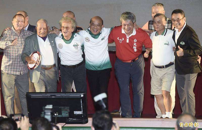 台大橄欖球隊24日舉辦75週年慶,行政院長蘇貞昌(中)穿上球衣與老校友一同合影。(記者簡榮豐攝)