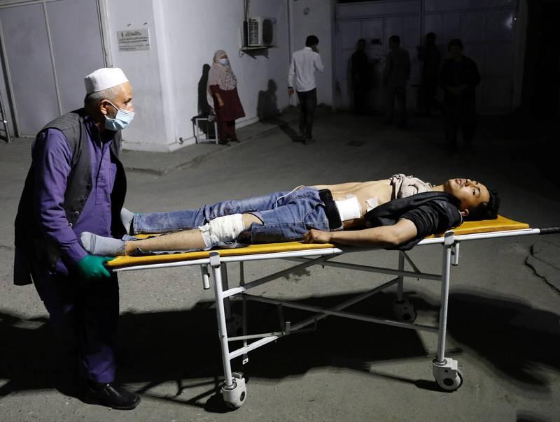 阿富汗首都喀布爾教育中心遭炸彈攻擊,造成13死30人傷。(路透)