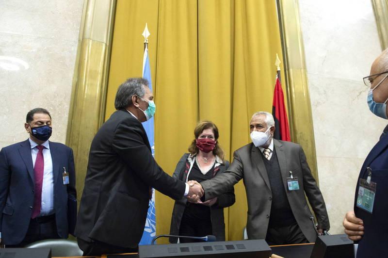 利比亞內戰多年,政府軍代表阿布沙馬(右二)和國民軍代表亞曼米(左二)23日在聯合國協調下簽署「永久停火協議」。(歐新社)