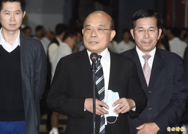 行政院長蘇貞昌24日出席台大橄欖球隊75週年慶,進場前接受媒體訪問。(記者簡榮豐攝)