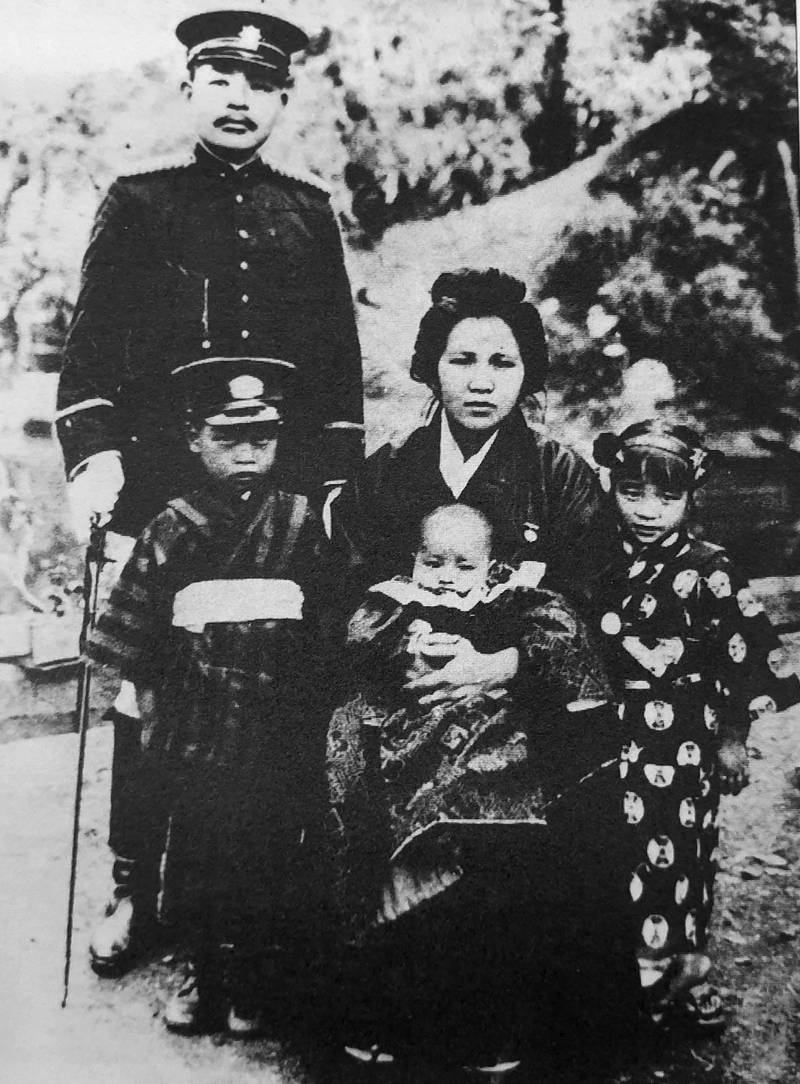 A family photo of Aisuke Sazuka, Yawai Taimo and their three young children.  Photo courtesy of Teng Hsiang-yang