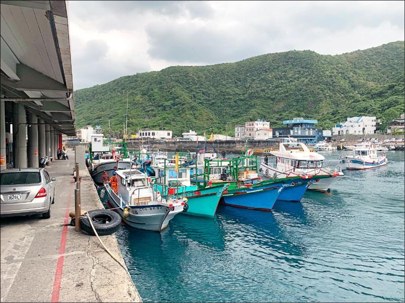 綠島南寮漁港的交通船泊位被漁船占用表達抗議。(記者黃明堂翻攝)