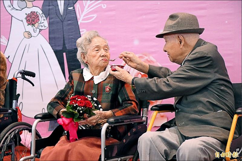 98歲邱錦明(右)與妻子邱張瓊芳結婚已73年。(記者林宜樟攝)