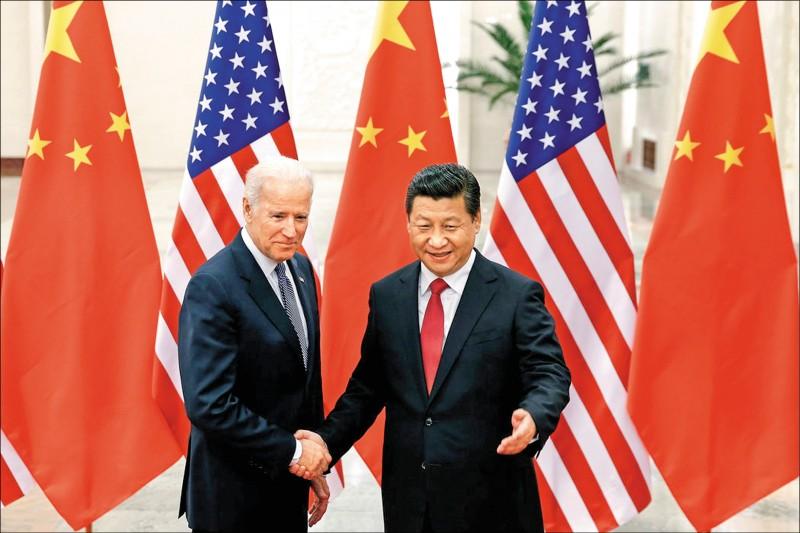 美國前副總統、民主黨總統候選人拜登(左)曾吹噓與中國國家主席習近平(右)私會的時間,超越其他所有世界領導人。圖為拜登二○一三年十二月訪中時,在中國北京人民大會堂與習近平握手寒暄。(歐新社)