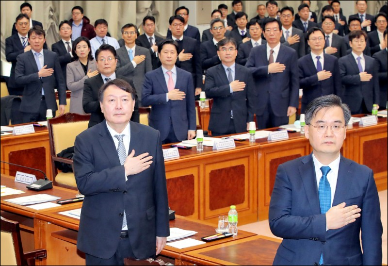 南韓檢察總長尹錫悅(前排左)2月間在首爾的檢察廳一場資深檢察官會議中,於現場演奏南韓國歌時行撫心禮(又稱撫胸禮)。(歐新社檔案照)