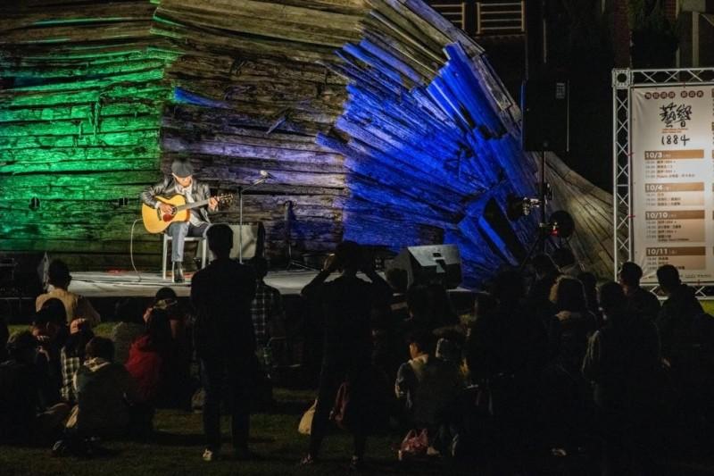 10月24號(六)在海關碼頭,獲6座金曲肯定的吉他詩人董運昌溫柔彈奏琴音,民眾紛紛席地而坐、隨音樂搖擺,現場氣氛十分溫馨。(淡水古蹟博物館提供)