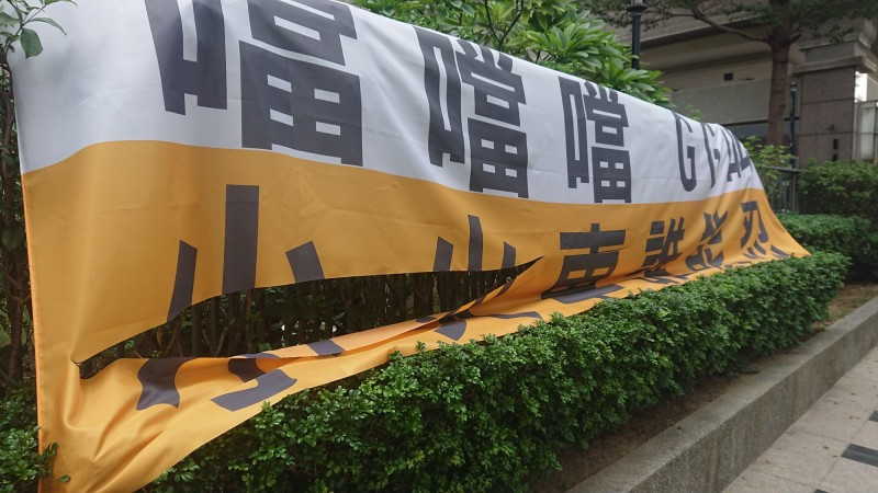 高雄鼓山2社區掛布條反對二階輕軌經過,5面布條慘割毀,嫌犯被警鎖定,25日晚將到案說明。(記者黃良傑翻攝)