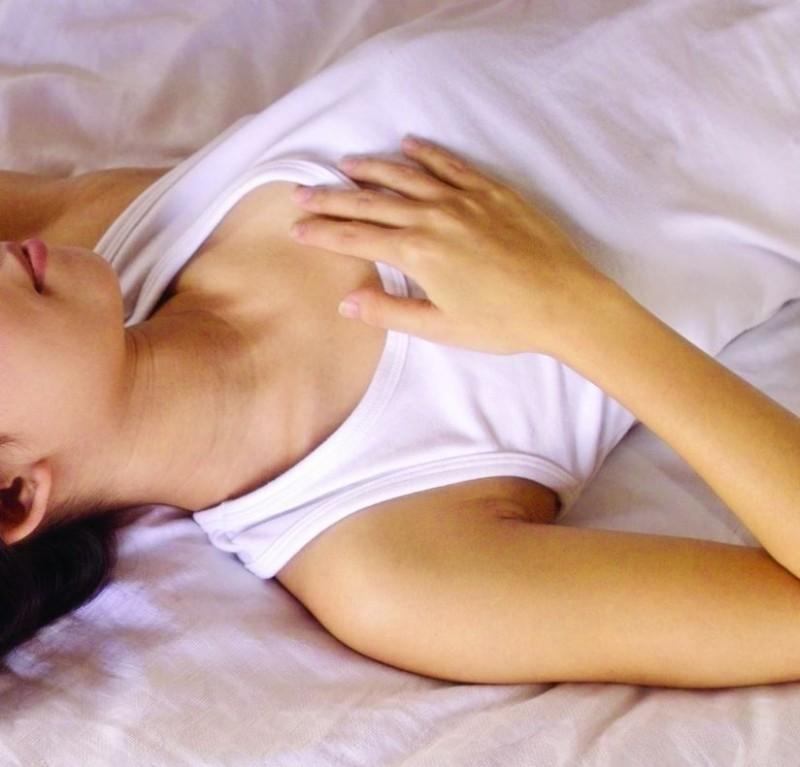 男大生每天僅一床之隔,看到「小語」撩人的睡姿相當折磨。(情境照)